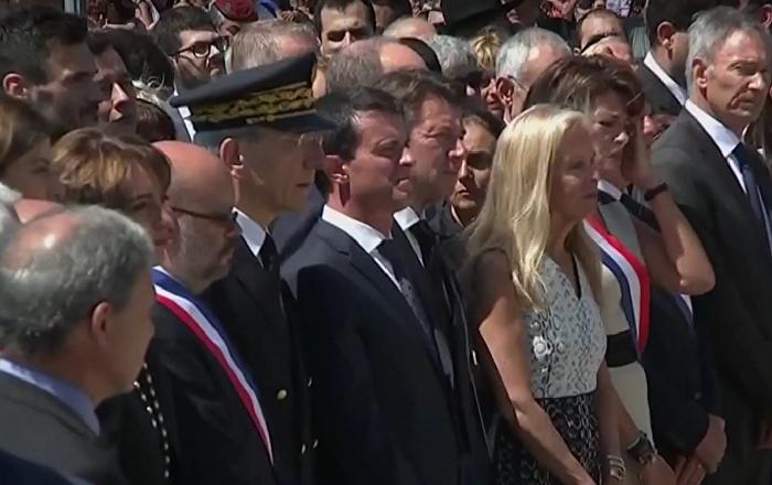 Manuel Valls hué à Nice durant l'hommage aux victimes de l'attentat