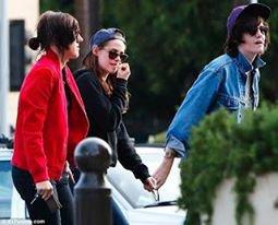 Kristen se promène avec ses amis