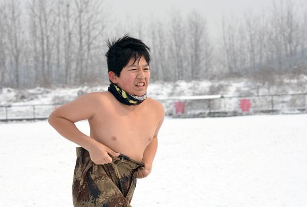 Tollé en ligne après la diffusion d'images d'enfants torse nu dans un froid glacial