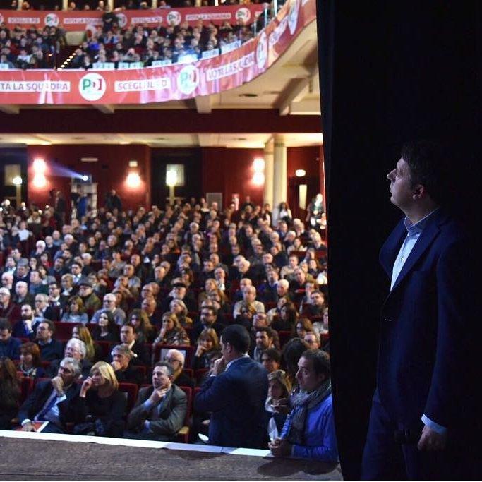 """Matteo Renzi on Instagram: """"Teatri pieni, entusiasmo che cresce, voglia di lottare per un ideale. Questo il clima che tocco con mano girando il nostro meraviglioso…"""""""