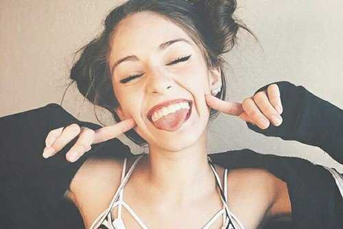 Le rire c'est comme les essuie-glaces. Ca ne stoppe pas la pluie, mais ça permet d'avancer