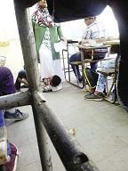 إخصائية نفسية تضع قدمها على رقبة طالب فى الفصل