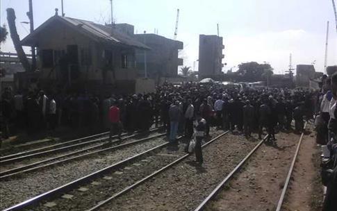 بوابة الصباح : المئات بمدينة دسوق  المصرية يقطعون السكة الحديد بسبب «كارت التموين»: «عاوزين نأكل»