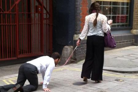 Un homme tenu en laisse par une femme en pleine rue fait scandale à Londres (vidéo)