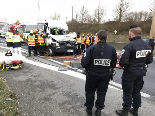 05-02-2018 - Armentières  Arras Avesnes-Fourmies - Un blessé grave dans une collision entre une fourgonnette et un tracteu,  Le mini bus a percuté l'arrière du tracteur dont la présence interroge sur cette route