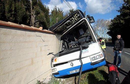 En voulant éviter un chien, le bus s'encastre dans le mur
