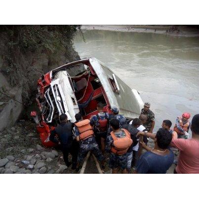 Le car plonge dans une rivière: au moins 31 morts