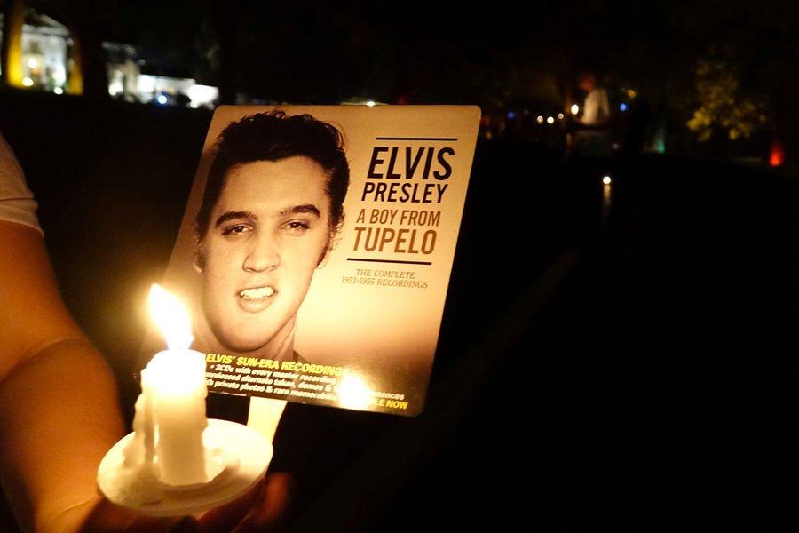 Mort il y a 40 ans : Lisa Marie parmi les fans pour honorer Elvis Presley