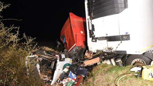 Un minibus percute un poids lourd en France, 12 morts