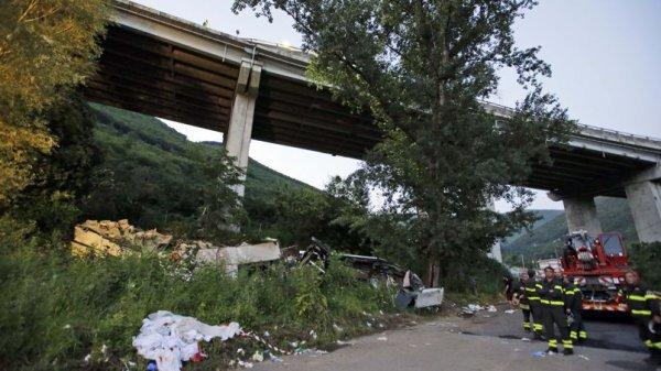 10-10-2018 - Italie - Le patron des autoroutes risque 10 ans de prison pour le drame d'Avellino, un autocar s'est retrouvé 30m. plus bas dans un ravin. (barrières de sécurité).