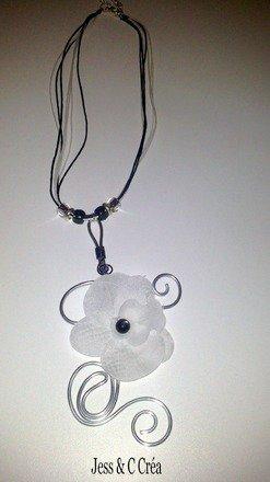 Collier blanc noir et argenté, avec orchidée blanche et pendentif en fil aluminium : Collier par jess-et-c-crea