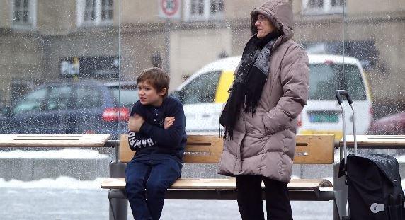 Feriez-vous la même chose en face de ce petit garçon frigorifié ?