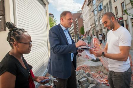 Élection: en tournée porte-à-porte avec Alain Destexhe à Molenbeek (vidéos)