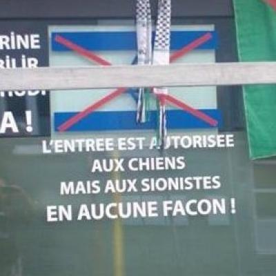 Un drapeau israélien barré sur la vitrine d'un café de Saint-Nicolas: L'entrée est autorisée aux chiens, pas aux sionistes!