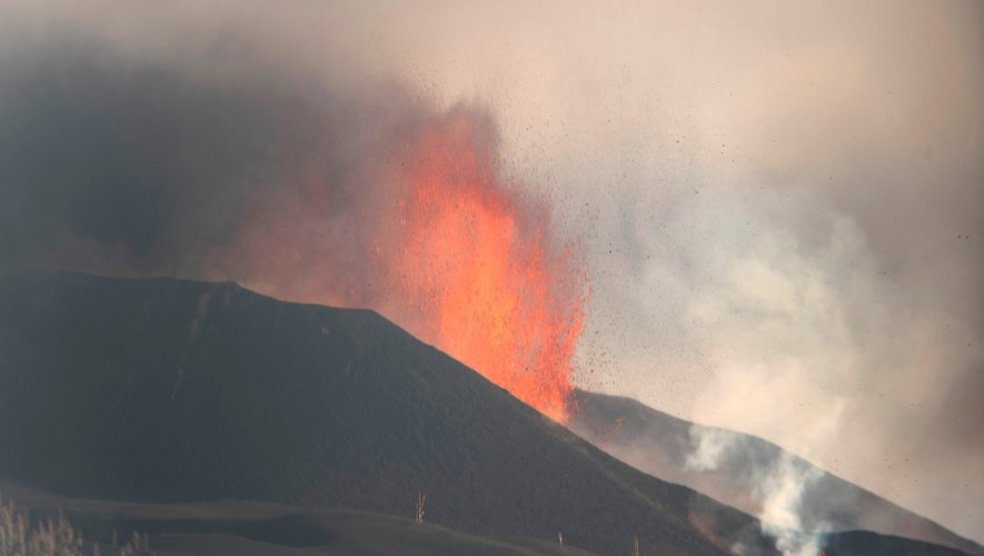 Éruption volcanique à La Palma - Le cône du volcan s'effondre provoquant des coulées pyroclastiques, des image