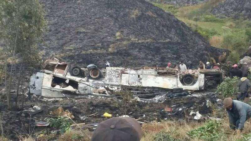 01-08-2017 - Ankazobe - Chauffeur n'a pas pu changer de vitesse dans une côte, l'autocar a reculé et tombé dans un ravin. bilan 18 morts.