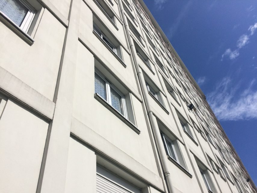 Il chute du troisième étage d'un immeuble, près de Rouen : un homme grièvement blessé