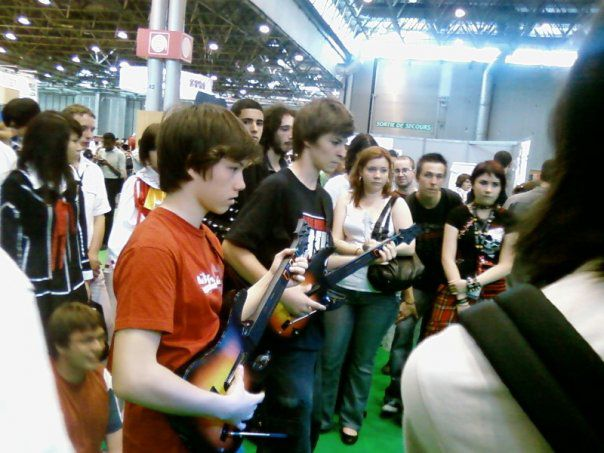 moi et un pote au tournoi guitar hero a la japan expo