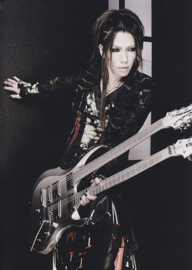 Excellente photo de Aoi ! La double guitare ça roxx