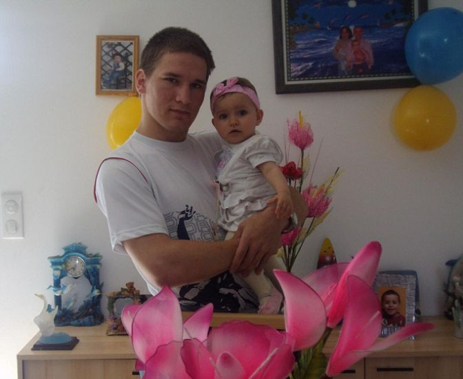 Une jolie photo de ma filleule dans mes bras, chez sa maman