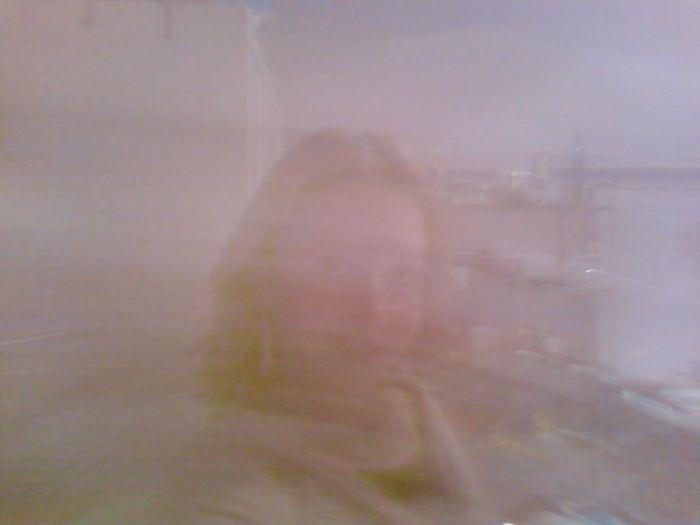 Un tourbillon de flou cachant un phénomène au bas de l'image