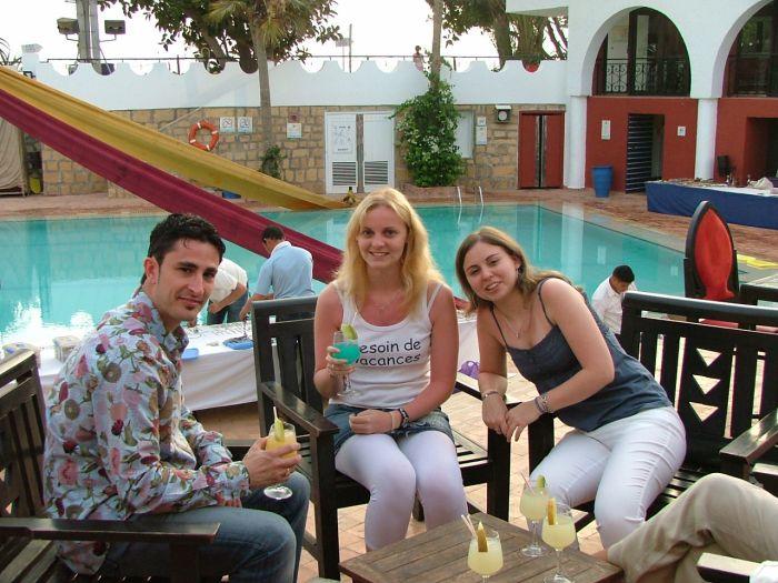 Fred,moi,et ma soeur au bord de la piscine au Maroc!