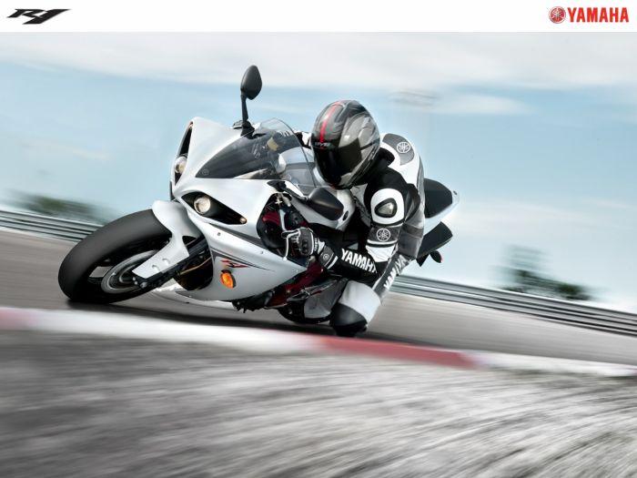 une petit yzf R1  pour les amateur de moto  y a rien de mieu