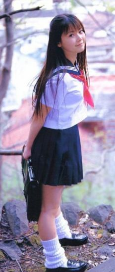 fille en uniforme