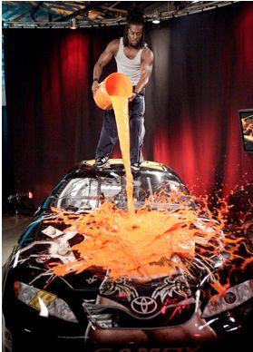 Kofi détruit la voiture de Randy Orton