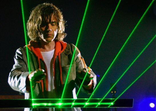 Jean Michel Jarre joue de la harpe laser à Pékin en 2004.