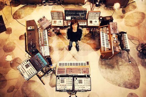 Jarre et ses dizaines de synthétiseurs analogiques.