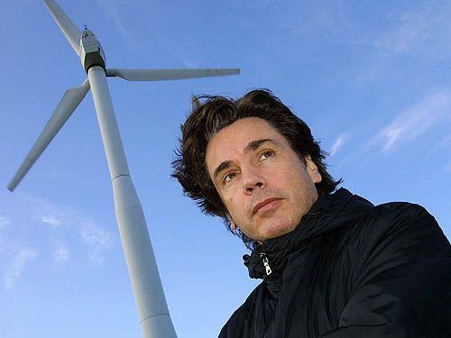 Il donna un concert géant dans un champ d'éoliennes en 2002.