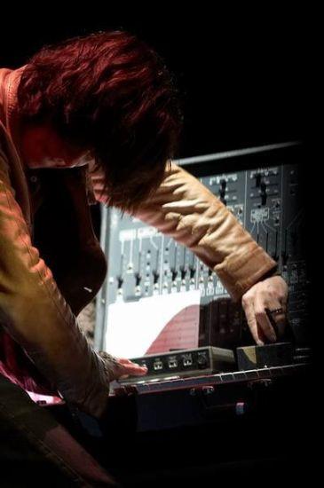 Jean Michel Jarre dompte le RMI Synthesizer en 2008.
