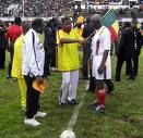 le président béninois sur un terrain de foot