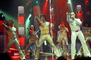 "davy dans la comedie musicale ""night fever"" au canada"