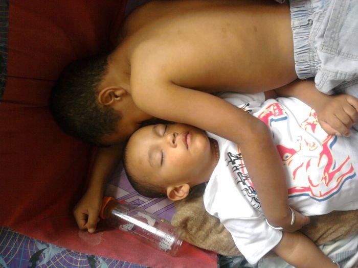 mé 2 neveu ki dorme ensemble c mimi lol
