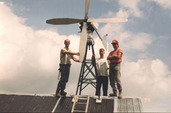 une éolienne, 14.5 volts dc 35 amp.