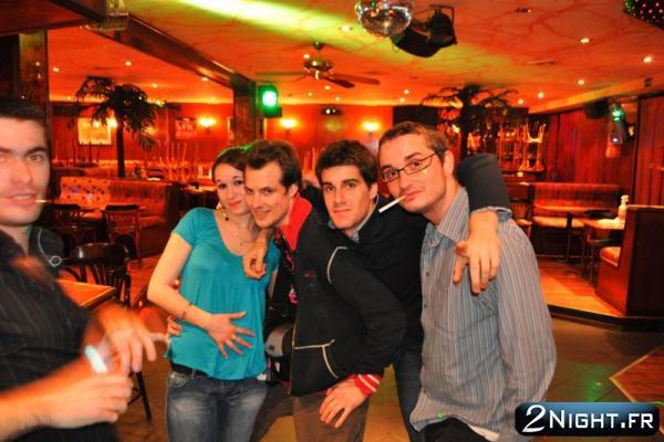 un bon moment flasher , souvenir de discothèque en groupe
