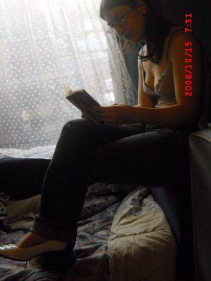 moi entrain de lire un roman
