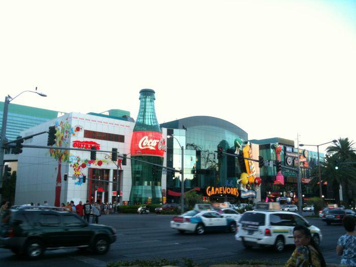 Las Vegas Blvrd : Le Coca Cola Store, et on peut voir un peu