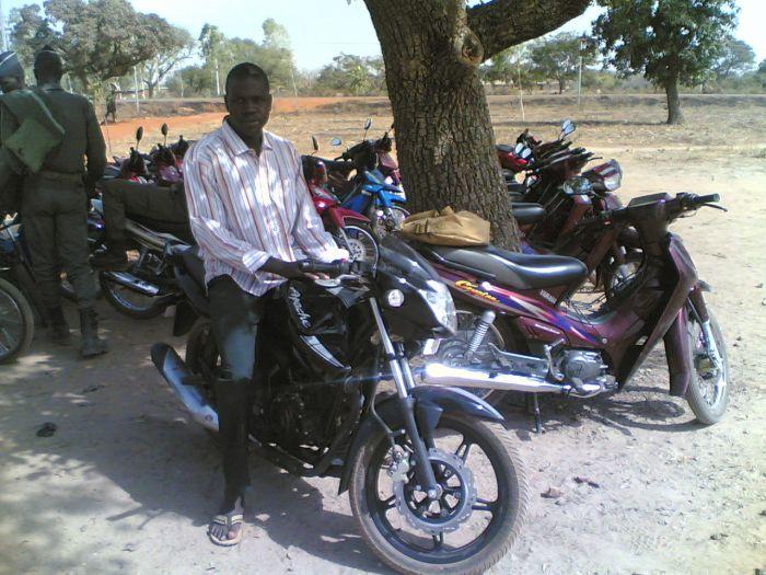 je suis assi sur ma moto la apach12500
