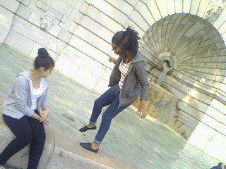 Je suis la fille à droite (;