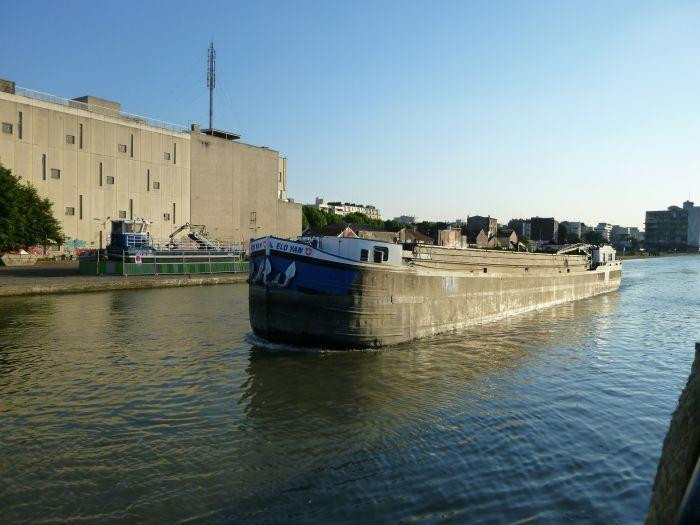 """le """"elo-yan"""" passant devant un de nos port a holcim Pantin"""