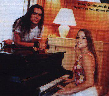 Giulietta suona il pianoforte mentre Roméo canta