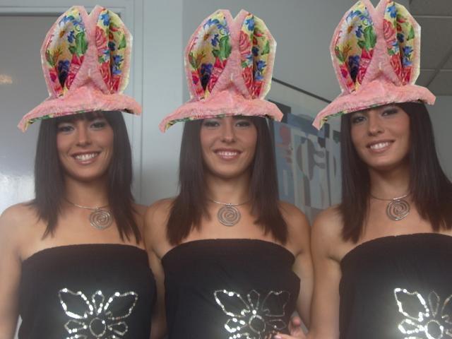 Les tripleés avec leurs oreilles rose !! .