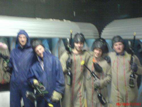 moi derriere l'appareil photo voici mes potes au paint ball