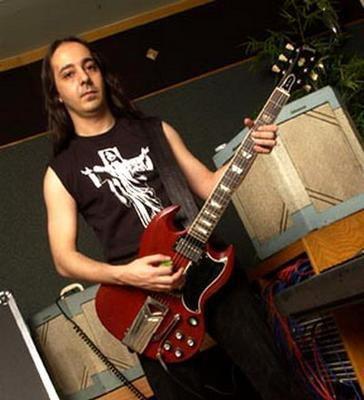 c'est Daron Malakian avec sa guitare Gibson SG elle est trop