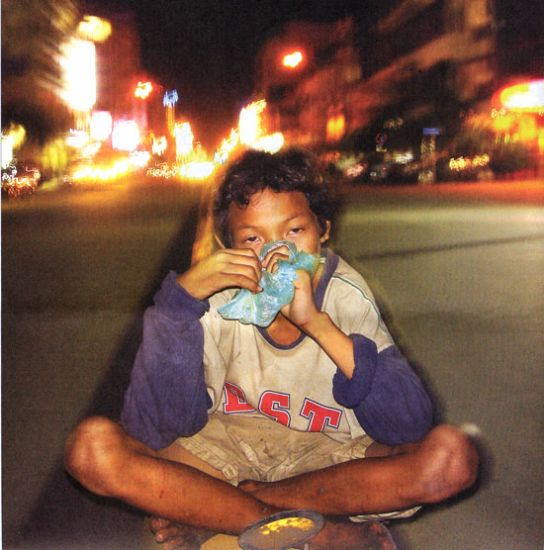 2006 Ado orphelin dans les rue de Phnom Penh qui snif...