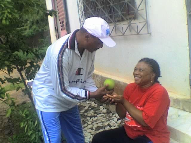 Adam donne la pomme à Eve