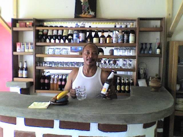 papa dans le mini bar de koa avwr soif